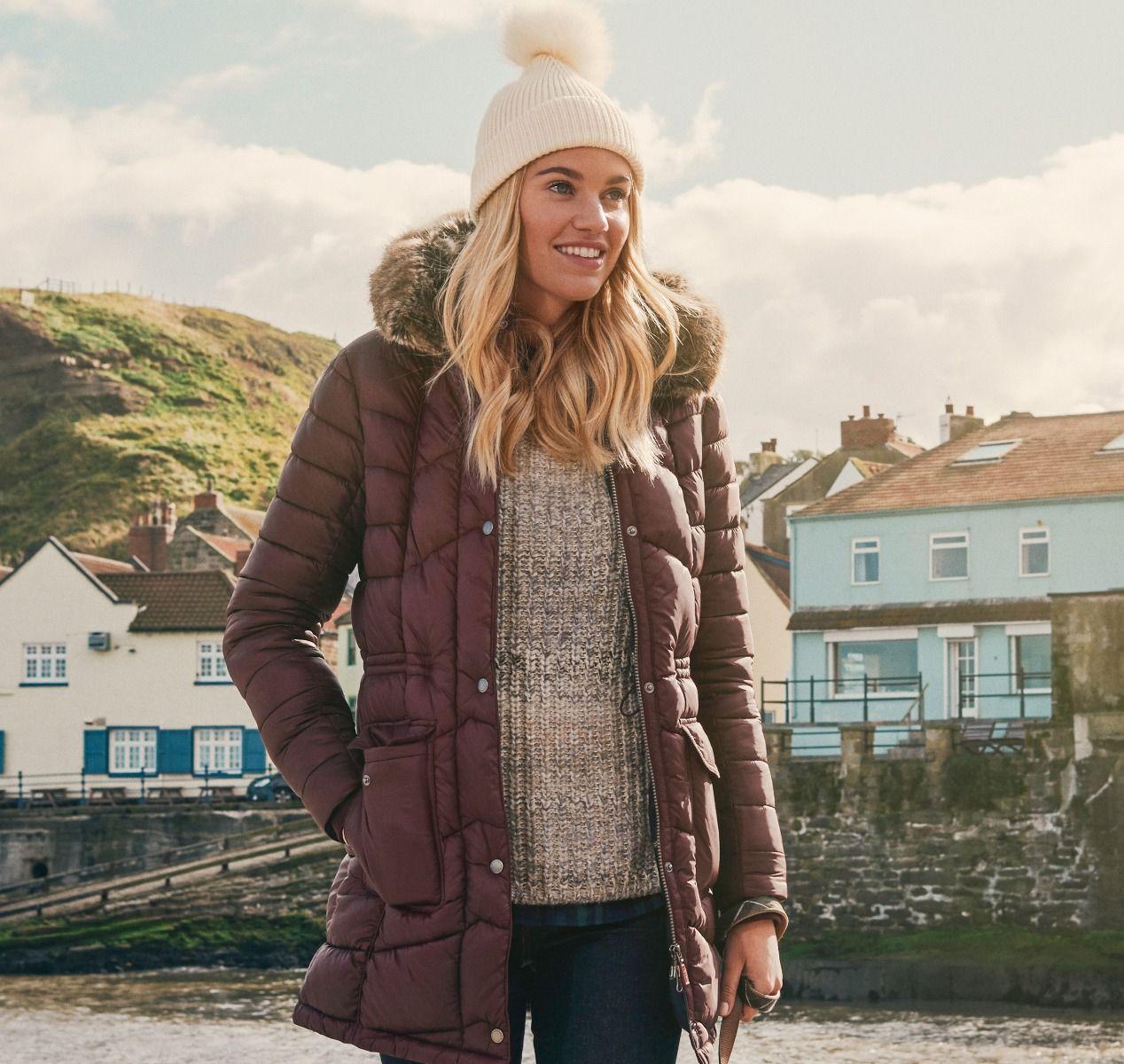 501de14d57c Τα μπουφάν του brand Barbour βρίσκονται στη wishlist κάθε γνήσιας  fashionista που ξέρει από στυλ. Τα φορούν τα αγαπημένα μας icons όπως η  Sienna Miller και ...