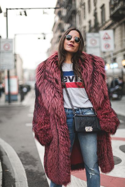 xpumik-l-610x610-mypeeptoes-blogger-tshirt-jeans-tights-coat-shoes-bag-levis-tumblr-pinkcoat-furcoat-fauxfurcoat-bigfurcoat-oversized-oversizedcoat-logotee-denim-bluejeans-blackbag-chai.jpg (407×610)