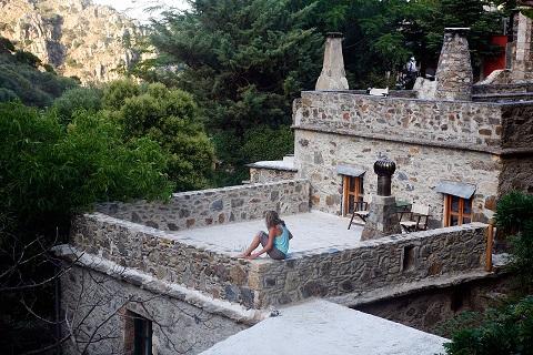 Μηλιά: Μια πέτρινη γειτονιά στην δυτική Κρήτη όπου η επιστροφή στην απλότητα αποκτάει πραγματικό νόημα Η φύση εκπλήσσει καθημερινά τον Τάσο Γούργουρα που πριν 22 χρόνια ξεκίνησε το ομορφότερο ταξίδι της ζωής του.