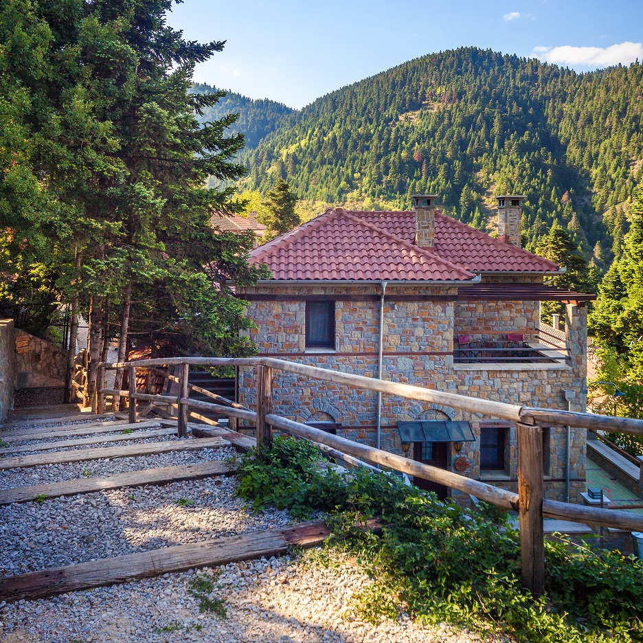 Montanema Handmade Village: Εδώ το μυστικό της ευτυχίας αντηχεί στην καρδιά ενός πευκοδάσους Ο Χρήστος Αθανασιάδης εμπιστεύεται την σοφία της πλάσης από το προσωπικό του ησυχαστήριο στο Ανθοχώρι, κοντά στο Μουζάκι Καρδίτσας.