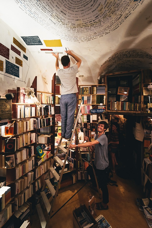 Η ιστορία πίσω από το πιο όμορφο βιβλιοπωλείο του κόσμου Μια υπέροχη ιδέα που γεννήθηκε κάτω από το φως του φεγγαριού έγινε αφορμή να ζήσουν το όνειρό τους στην Σαντορίνη ο Oliver Wise και ο Craig Walzer, δημιουργώντας το Atlantis Books.