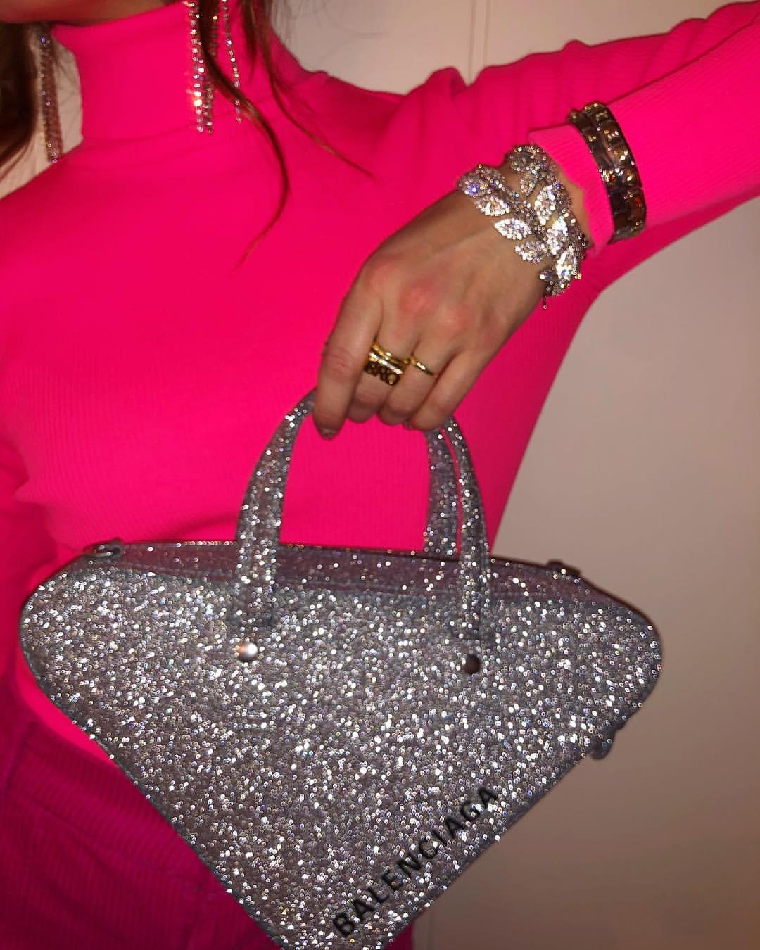 89e87e05006d Έντονα χρώματα και αξεσουάρ με glitter  Γιατί όχι  Οι συνδυασμοί αυτοί  είναι που θα σε κάνουν να ξεχωρίσεις όταν φοράς ένα μονόχρωμο σύνολο.