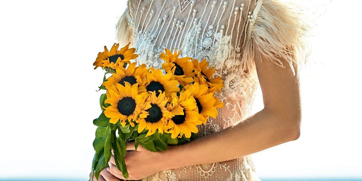 My boho wedding: Και ο γάμος σου θα θυμίζει φεστιβάλ Άµµος στα πόδια. Ψάθινα ή πλατύγυρα καπέλα. Πλεγµένα λουλούδια στα µαλλιά. Νυφικά µε ρετρό γαλλικές δαντέλες, κεντηµένα µε πέρλες και φτερά. Και κάπως έτσι η γαµήλια τελετή µετατρέπεται σε µια µποέµ γιορτή αγάπης που θα θυµούνται όλοι, µα κυρίως εσείς οι δύο.