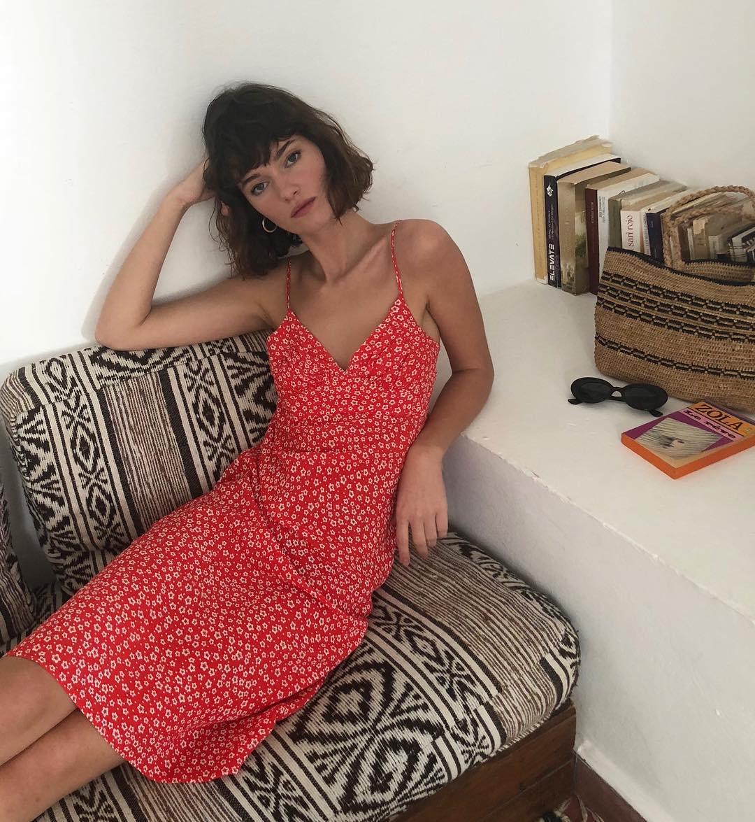 15 φορέματα σε φλογερό κόκκινο για εμφανίσεις που θα κλέψουν την παράσταση