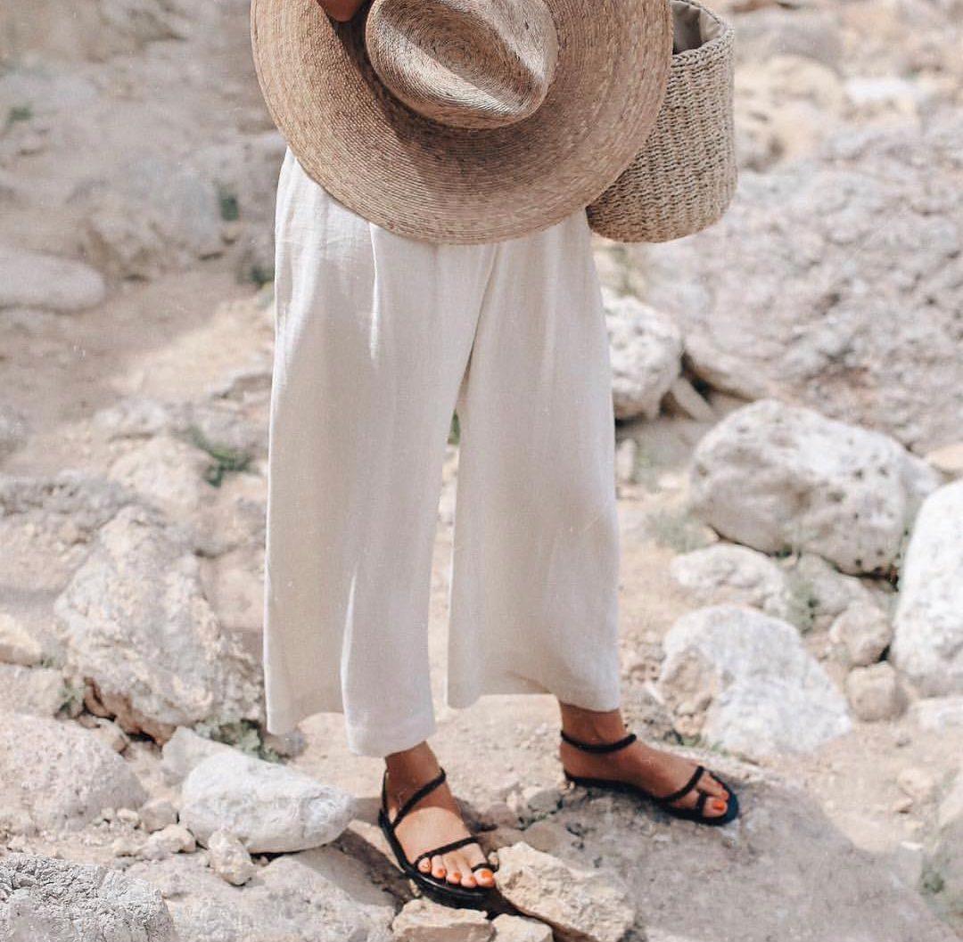 15 εντυπωσιακά φλατ σανδάλια που θα φοράμε από το πρωί μέχρι το βράδυ Εσύ ακόμα να βρεις τα σανδάλια που θα συνοδεύσουν κάθε ανέμελη καλοκαιρινή στιγμή σου; Για να τα ανακαλύψεις δεν έχεις παρά να ακολουθήσεις το παράδειγμά μας και να επισκεφθείς τα πολυκαταστήματα attica που φιλοξενούν τα πιο on trend brands και να κάνεις shopping μέχρι τελικής πτώσης.