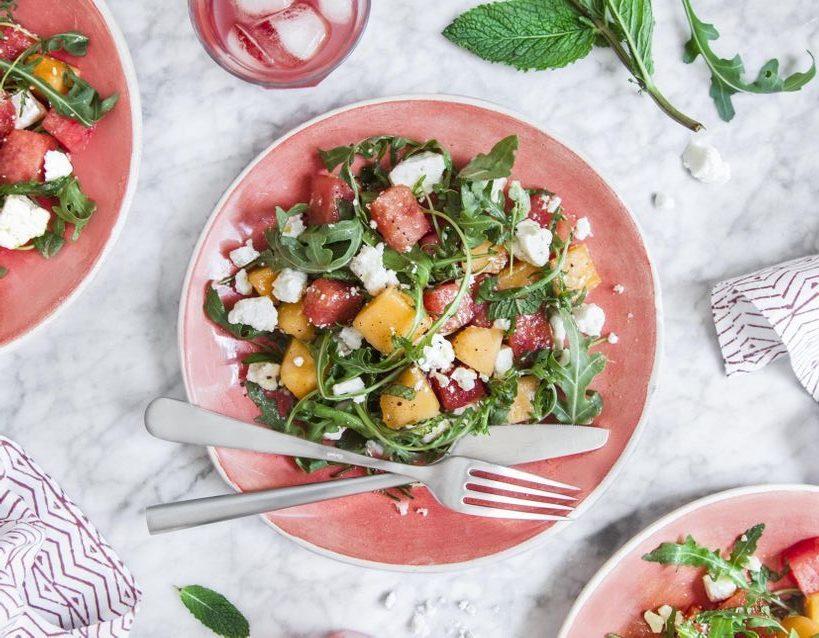 Σαλάτα με καρπούζι και πεπόνι για τις πιο ζεστές μέρες του καλοκαιριού Έχουμε ήδη δοκιμάσει αυτή την φρέσκια και υγιεινή πρόταση και σου την συστήνουμε ανεπιφύλακτα.