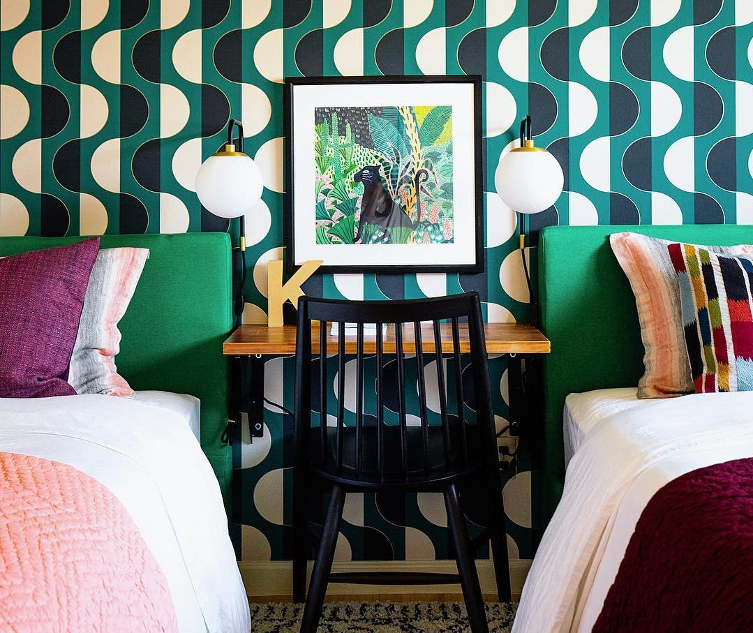 Like The Rainbow: 12 πολύχρωμες ιδέες διακόσμησης για να «βάψεις» το σπίτι σου με αισιοδοξία Τα έντονα χρώματα του ουράνιου τόξου ξεγλιστρούν από την ντουλάπα σου και εισχωρούν στην διακόσμηση του προσωπικού σου χώρου, προσφέροντας σου ένα σπίτι γεμάτο ενέργεια, που θα σε κάνει να χαμογελάς συχνότερα.
