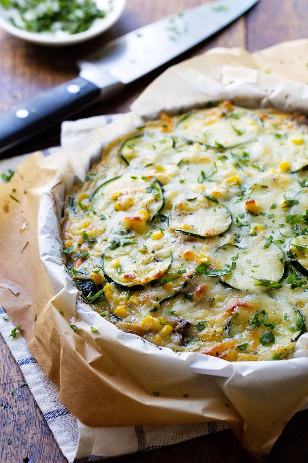Μια καλοκαιρινή τάρτα με κολοκυθάκια που θα σε ξετρελάνει Ακολούθησε την παρακάτω συνταγή και θα φτιάξεις γρήγορα ένα γευστικό και άκρως καλοκαιρινό πιάτο για το επόμενο τραπέζι σου.