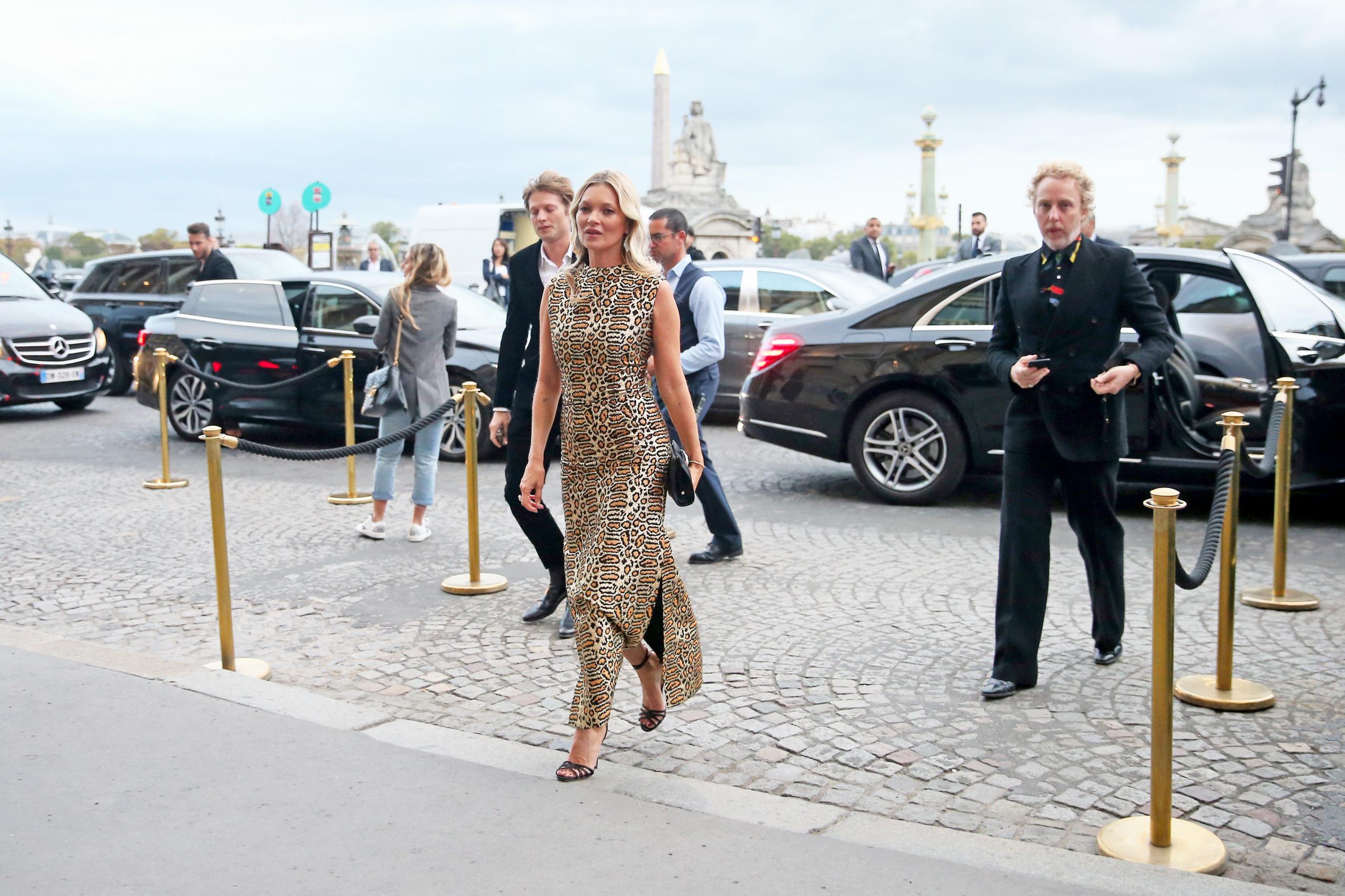 Η Kate Moss σου δείχνει πώς να φορέσεις το λεοπάρ φόρεμα