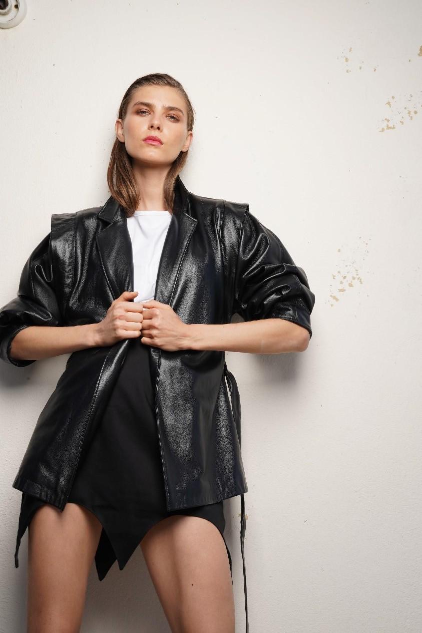 Studio 83: Θηλυκότητα στο μάξιμουμ Ποια είναι τα συστατικά αυτά που κάνουν ένα ρούχο τόσο elegant και θηλυκό, που απογειώνει την γυναίκα που το φορά; Τα αναζητήσαμε με το fashion brand Studio 83. Συναντήσαμε την δημιουργό του Νάντια Σιδηροπούλου, με αφορμή την συμμετοχή της στις κατηγορίες Womenswear και Sandal-Shoe Designer των ELLE Fashion Young Talents Awards, και φτιάξαμε μαζί της τον οδηγό που θα ακολουθήσουμε για εμφανίσεις με ταυτότητα.