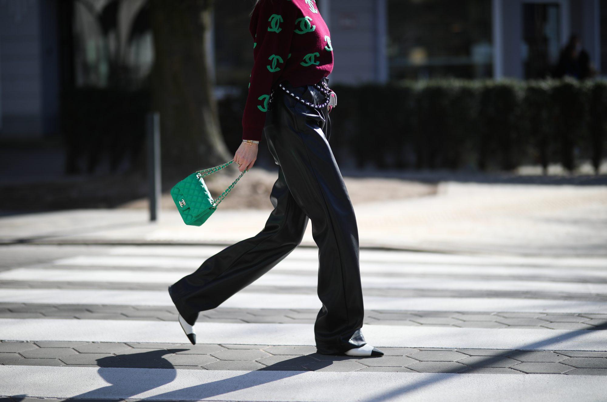 Αυτή τη σεζόν το δερμάτινο παντελόνι σου γίνεται τόσο απαραίτητο όσο το τζην σου (street style & shopping list) Cover Photo: Jeremy Moeller/Getty Images/Ideal Images Είσαι από τις γυναίκες που έχουν ήδη προλάβει να εφοδιάσουν την ντουλάπα τους με ένα-ή και περισσότερα- leather pants αλλά δεν ξέρουν πως να τα συνδυάσουν σωστά; Ή μήπως θαυμάζεις αυτό το trend στο Instagram αλλά ακόμα δεν έχεις καταφέρει να το φορέσεις; Σε όποια κατηγορία και αν ανήκεις […]