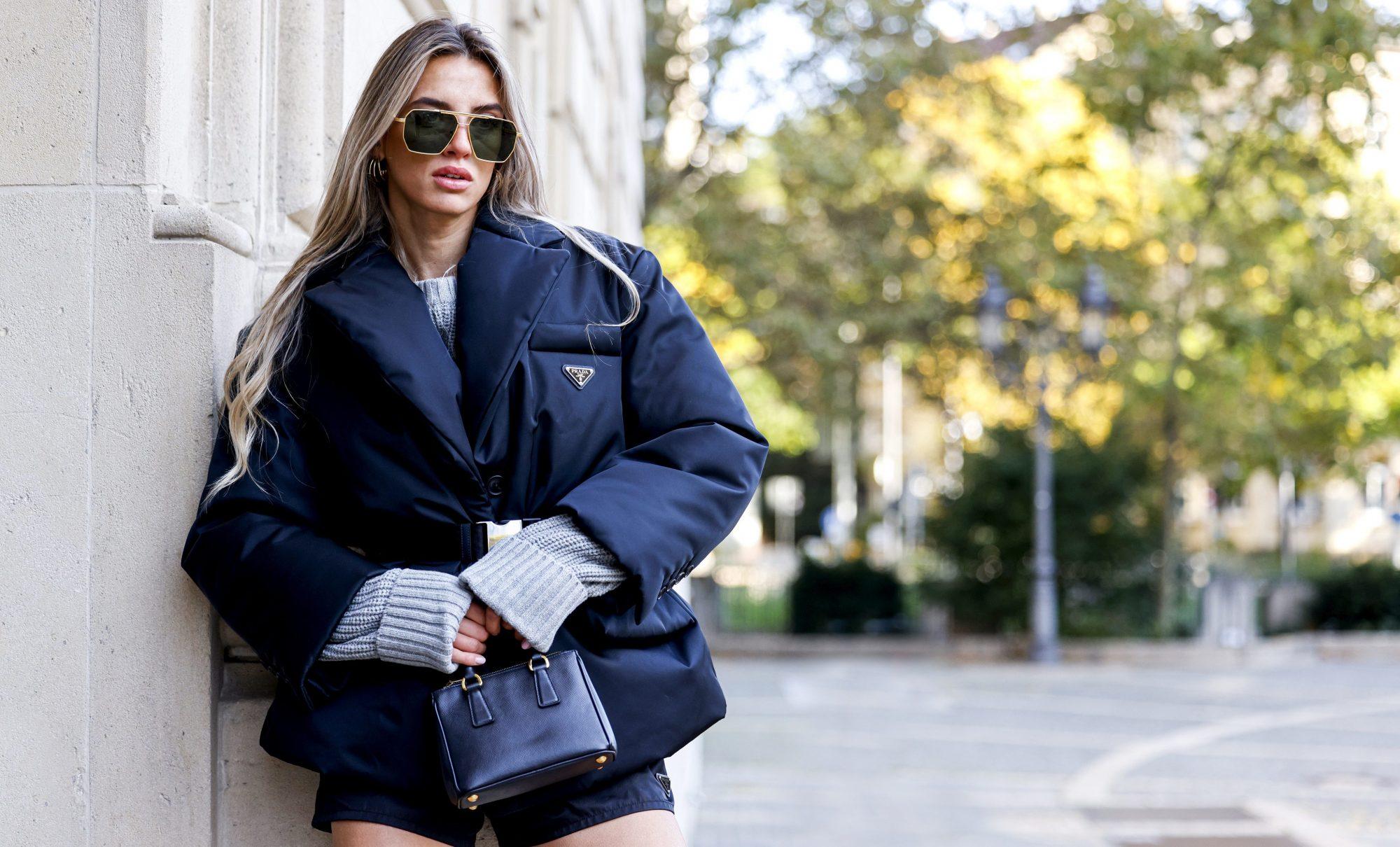4 τρόποι να φορέσεις puffer jacket και να είσαι πιο θηλυκή από ποτέ (& 4 σχέδια για να εντάξεις το trend στη προσωπική σου συλλογή) Το πουπουλένιο μπουφάν, όπως θα το αποκαλούσε η μητέρα μου, είναι το κατεξοχήν παρεξηγημένο item της γυναικείας γκαρνταρόμπας, αφού μέχρι στιγμής ήταν απόλυτα συνυφασμένο με τις τσουχτερές θερμοκρασίες και τις εκδρομικές εξορμήσεις στο βουνό. Ποιος θα φανταζόταν πως τη φετινή σεζόν θα αποτελέσει την κίνηση-ματ για άψογο στυλ από το πρωί ως το βράδυ;