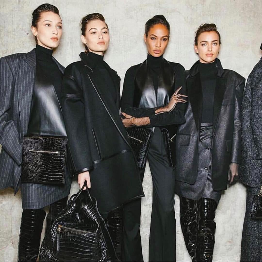 6 hot τρόποι να φορέσεις μαύρο παντελόνι όπως οι celebrities (+ τα κομμάτια που θα χρειαστείς)