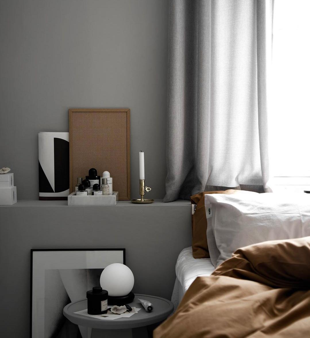 Λατρεύεις τον μινιμαλισμό; Τότε το υπνοδωμάτιο σου πρέπει να είναι κάπως έτσι Είτε απολαμβάνεις το κρεβάτι μόνη σου τα βράδια είτε είστε δύο σε αυτό, αυτό το είδος διακόσμησης, που θα μπορούσαμε να το θεωρήσουμε ως την τέχνη της αφαίρεσης, θα κάνει το δωμάτιό σου να μοιάζει με παράδεισο!