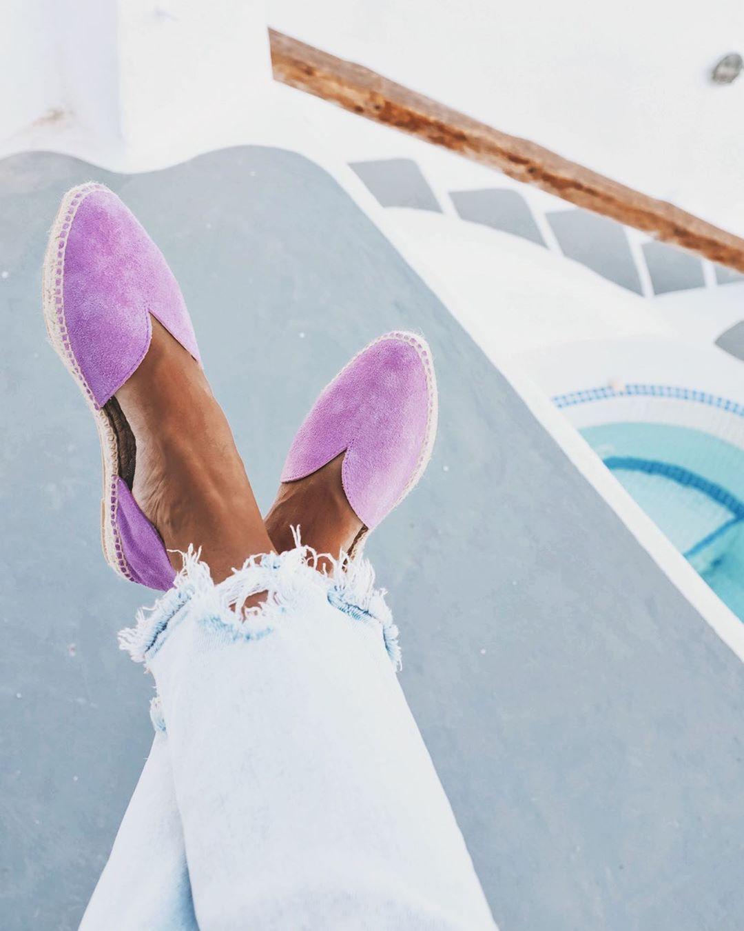 Όταν βγούμε από το σπίτι θα φοράμε εσπαντρίγιες (επιτέλους!) Αυτά τα παπούτσια μας θυμίζουν το καλοκαίρι, ακόμα και αν δεν πάμε διακοπές, τουλάχιστον θα τα φορέσουμε ξανά για να αλλάξουμε λίγο διάθεση.