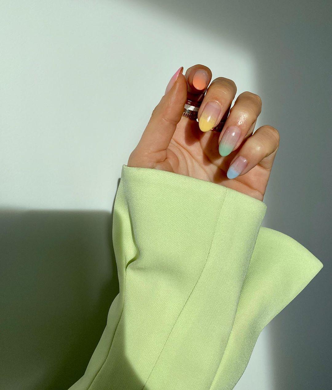 Υπάρχει chic τρόπος να βάλεις χρώμα στο μανικιούρ σου; Ναι και είναι το μεγαλύτερο trend του καλοκαιριού