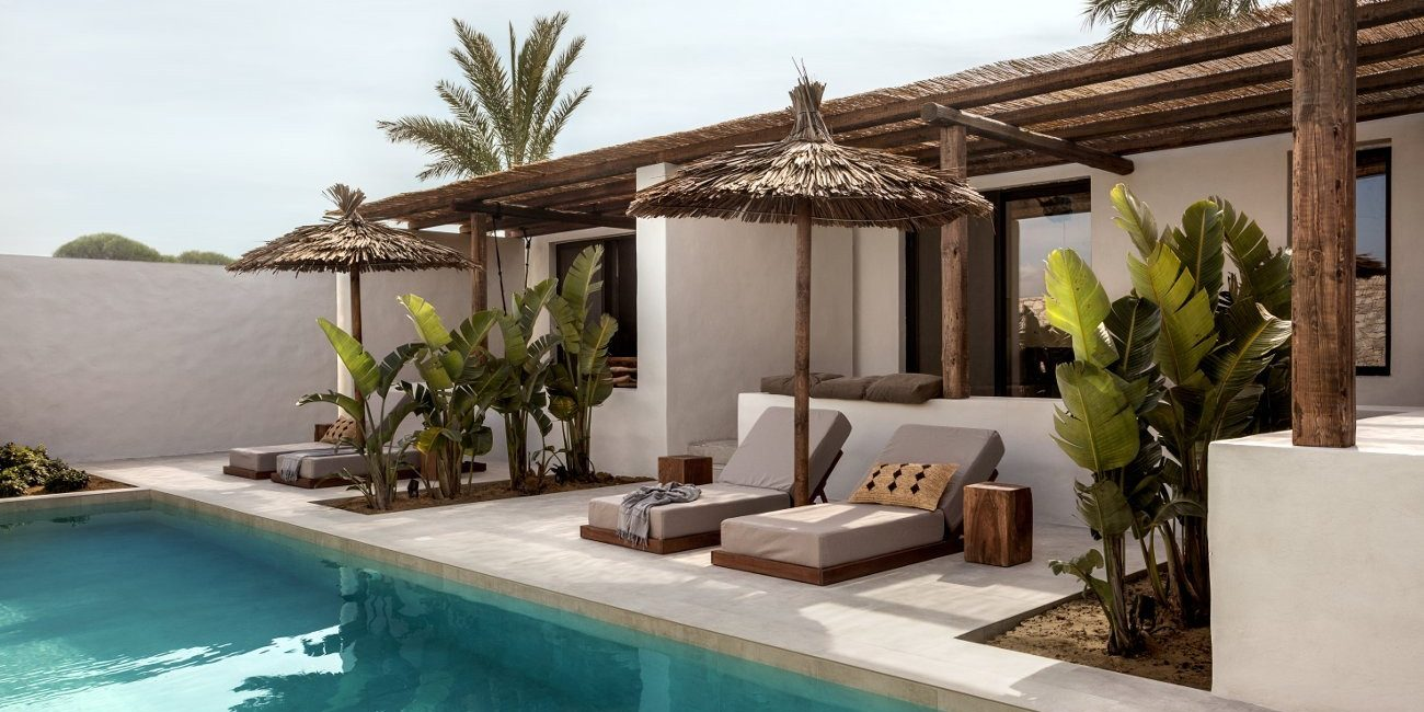 Ανεμελιά στη Μεσόγειο Το ξενοδοχείο Oku στην Kω ενσαρκώνει όλα όσα ονειρευόμαστε για τις διακοπές στο Αιγαίο.