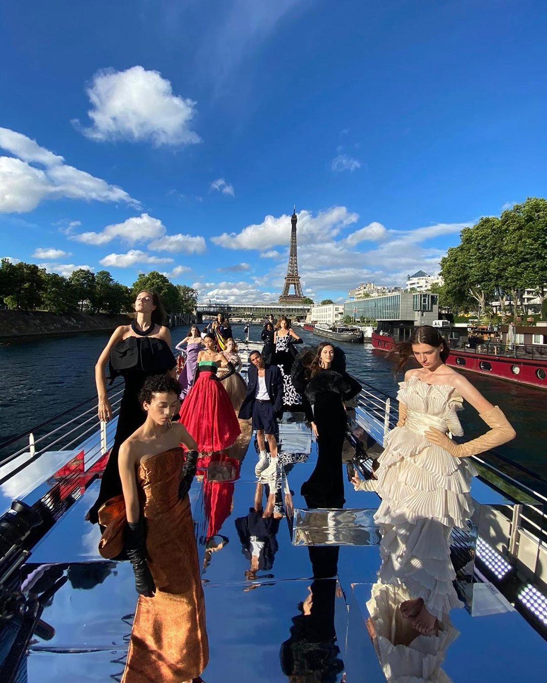 Ο οίκος Balmain παρουσίασε την Haute Couture collection του στις όχθες του Σηκουάνα