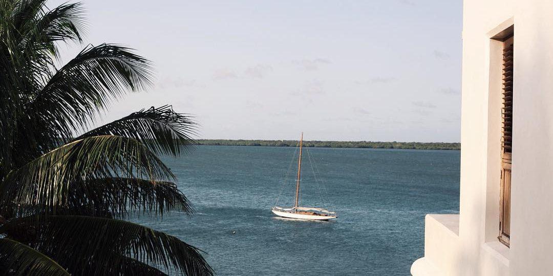 Ένας εξωτικός παράδεισος χτισμένος πάνω στο κύμα (38 φωτογραφίες) Το σπίτι της σχεδιάστριας μόδας Sandy Borman στο νησί Lamu της Αφρικής βρέχεται κυριολεκτικά από τον Ινδικό Ωκεανό.