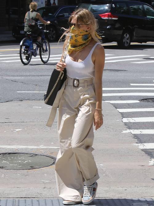H Sienna Miller φόρεσε το πιο οικονομικό Mango παντελόνι από €19,99