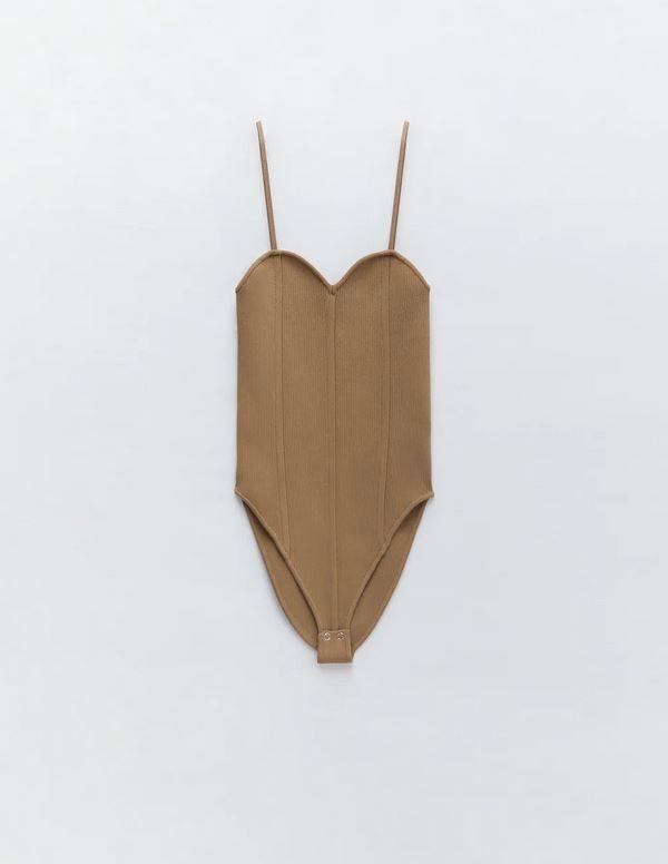 Τοπ με κόψιμο σε σχήμα καρδιάς, Zara.