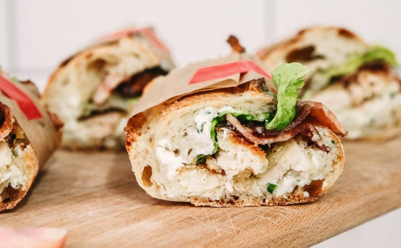 Αυτά τα σπιτικά σάντουιτς με κοτόπουλο είναι το πιο γευστικό Κυριακάτικο σνακ Με αγνά υλικά ετοιμάσαμε το τέλειο σνακ και για το γραφείο και για το πικνίκ.