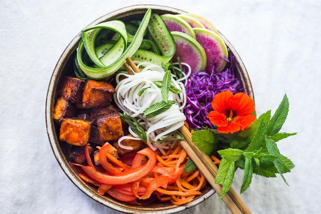 Αυτό το buddha bowl δεν έχει τίποτα να ζηλέψει από μια μακαρονάδα! #delizioso Με αφορμή την Παγκόσμια Ημέρα Διατροφής ερχόμαστε με μια healthy συνταγή που θα τρελάνει τον ουρανίσκο σου παρόλο που δεν θυμίζει σε τίποτα όλα εκείνα τα junk που συνήθως καταναλώνεις. Πάμε στοίχημα;