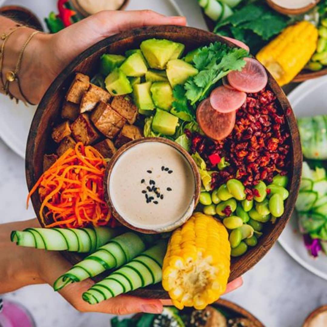Vegetarian διατροφή: Πώς θα εξασφαλίσεις την απαραίτητη πρόσληψη πρωτεΐνης; Η ανάγκη να αγκαλιάσουμε μια πιο healthy καθημερινότητα, αλλά και να προστατεύσουμε το περιβάλλον, στρέφει όλο και περισσότερους στη vegetarian και την plant-based διατροφή. Με αφορμή την Παγκόσμια Ημέρα Διατροφής, συγκεντρώσαμε όλα όσα πρέπει να προσέξεις πριν αποφασίσεις να κάνεις αυτή την αλλαγή στη ζωή σου.