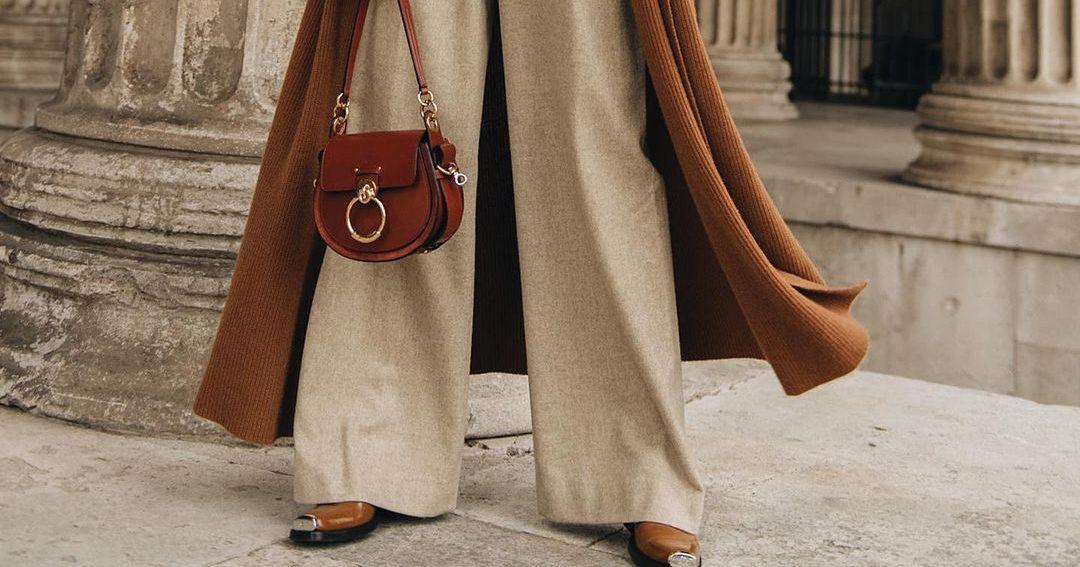 Ένα τέτοιο παντελόνι χρειάζεσαι τώρα (και πάντα!) Το wide-leg υφασμάτινο παντελόνι είναι τόσο άνετο, που δεν υπάρχει κανένας απολύτως λόγος να το αποφεύγεις τις ημέρες τις καραντίνας. Ποιος είπε άλλωστε ότι πρέπει να φοράς συνέχεια φόρμες;