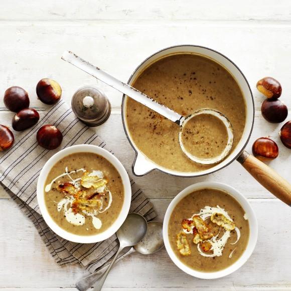 Σούπα με κάστανο: Υπάρχει πιο φθινοπωρινή συνταγή; Η βελουτέ σούπα με κάστανο θα γίνει η πιο λαχταριστή απόλαυση των επόμενων ημερών.