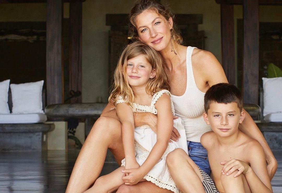 Gisele Bündchen: Οι ωραιότερες οικογενειακές της στιγμές στο Instagram H Gisele Bündchen είναι το απόλυτο super model αλλά και η πιο τρυφερή super μαμά. Μέσα από τον προσωπικό της λογαριασμό στο Instagram συχνά  δημοσιεύει οικογενειακά στιγμιότυπα και μας κλέβει την καρδιά. Εμείς με αφορμή την τελευταία της ανάρτηση συγκεντρώσαμε τα post που έχουμε ξεχωρίσει ως σήμερα.