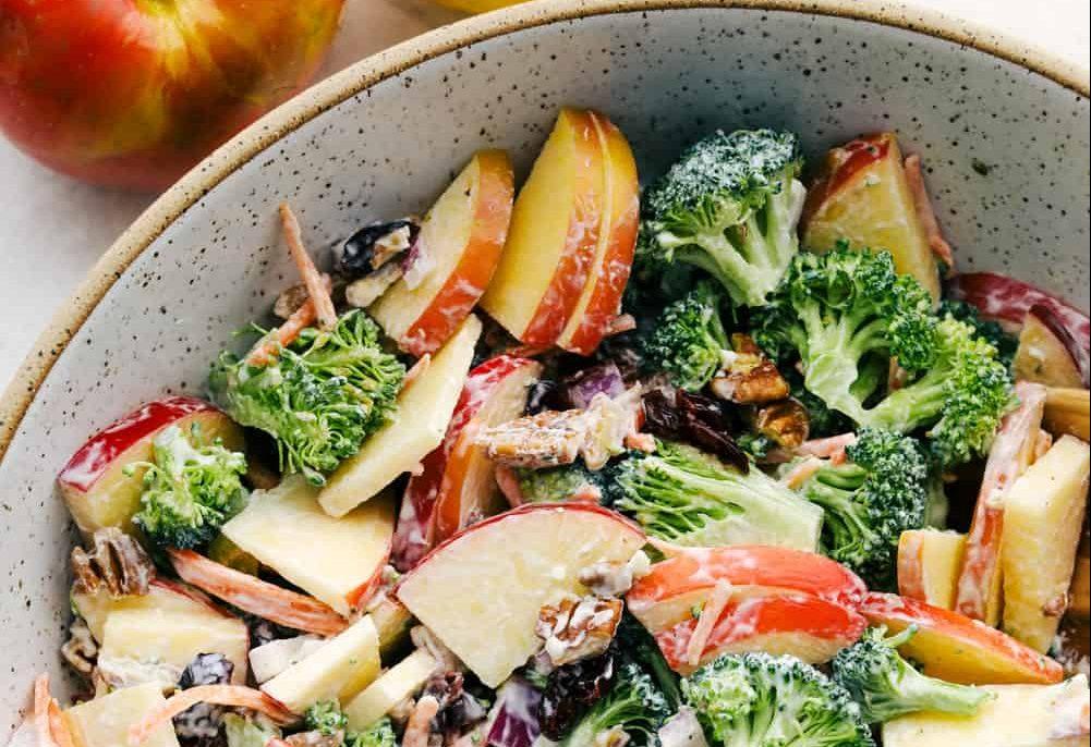 Detox Thursday: Μια δροσιστική σαλάτα με μπρόκολο και μήλο είναι ό,τι πρέπει για σήμερα