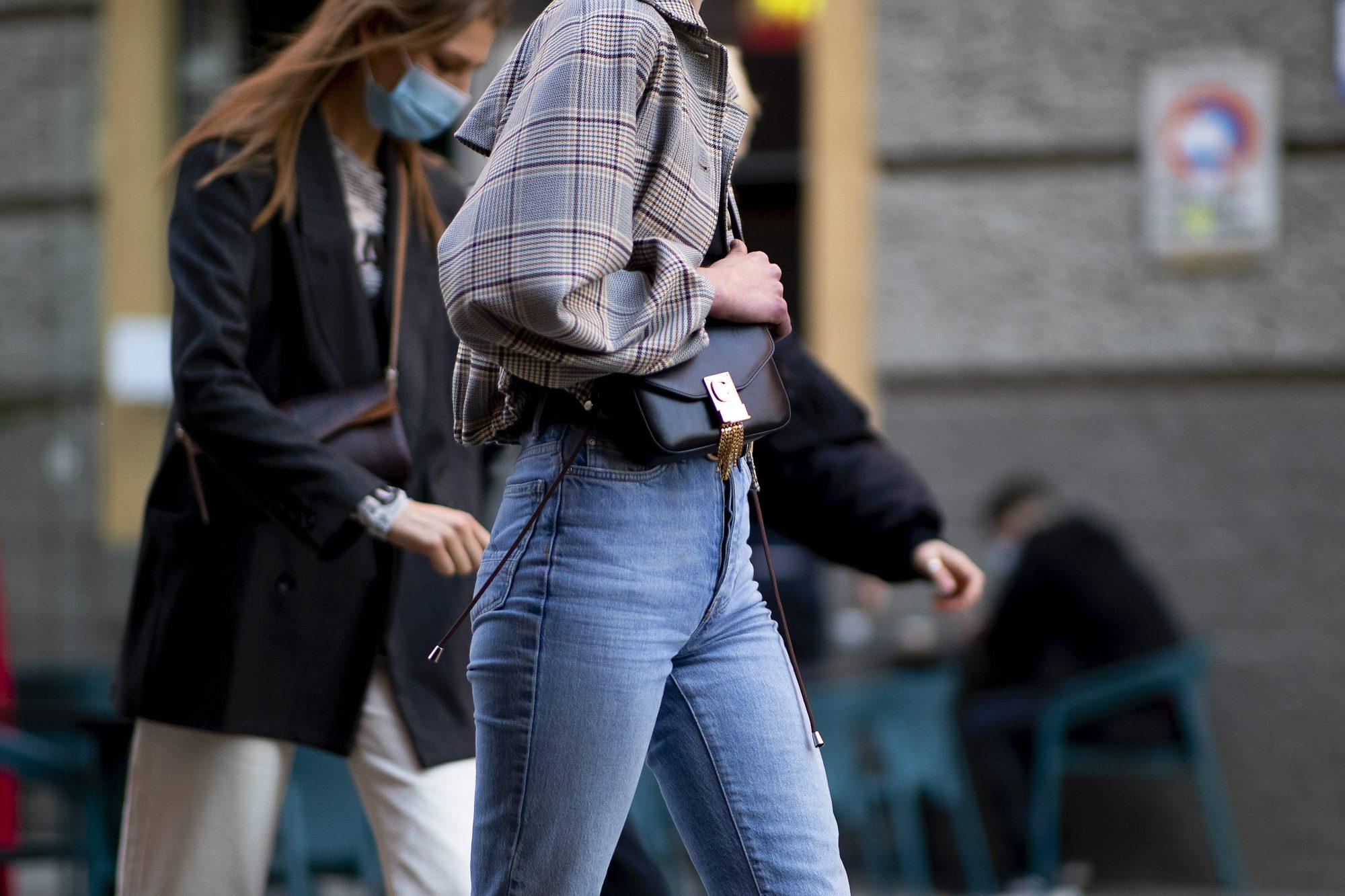 Γίνε Jean(ius): 12+1 flare denim παντελόνια που ταιριάζουν σε οποιονδήποτε σωματότυπο