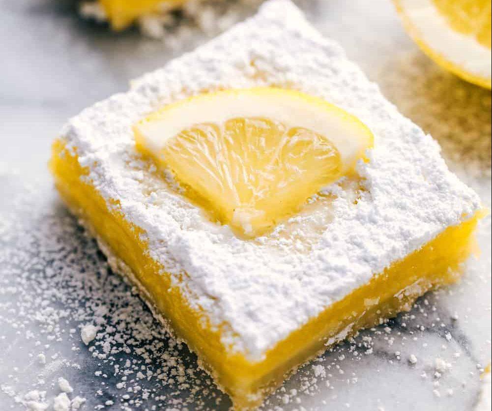 Μπάρες λεμονιού: Το πιο ελαφρύ και δροσιστικό επιδόρπιο Αν τα βαριά γλυκά δεν έχουν και την καλύτερη σχέση με το στομάχι σου κι αν φυσικά είσαι λάτρης του λεμονιού, τότε σίγουρα πρέπει να δοκιμάσεις αυτή τη συνταγή.