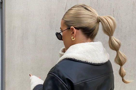 Ponytail: 10 ιδέες για να ανανεώσεις την κλασική αλογοουρά Αν σου αρέσει και εσένα να πειραματίζεσαι με τα μαλλιά σου τότε πρέπει να κάνεις την πιο stylish αλογοούρα, το ponytail.Και σε περίπτωση που θες την διαφοροποίησες λίγο, είμαστε σίγουρες ότι διαβάζοντας αυτό το άρθρο θα αντλήσεις την απαραίτητη έμπνευση.