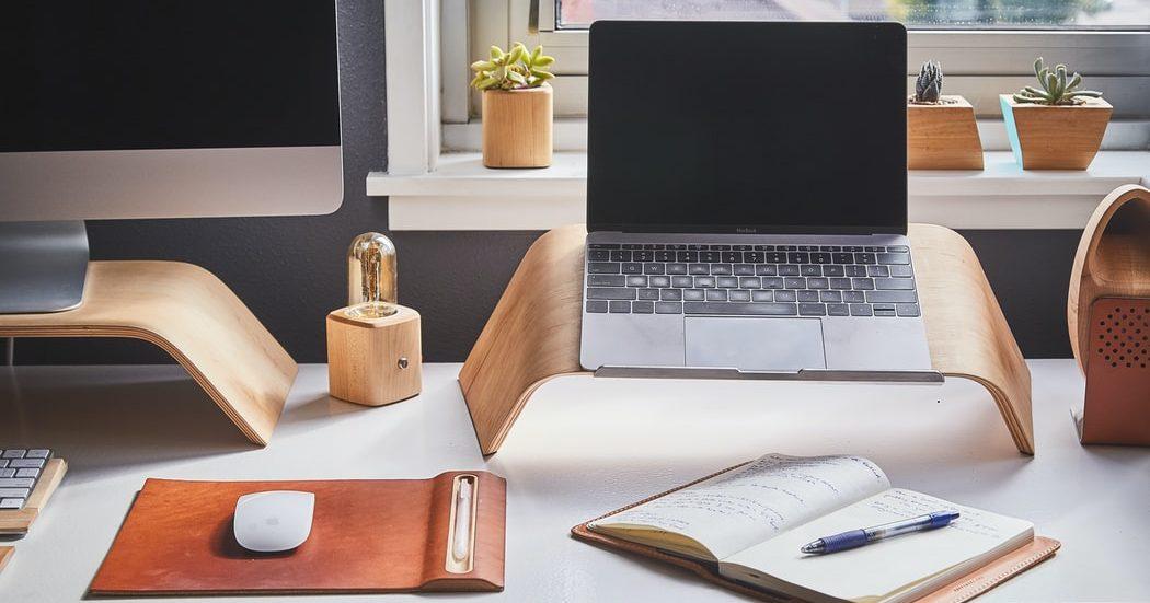 15 stylish αντικείμενα για να διακοσμήσεις το γραφείο σου #homeoffice Ο χρόνος που περνάμε σπίτι μπορεί να είναι βαρετός, αλλά μπορεί επίσης να είναι και παραγαωγικός. Δες τα 20 πιο χρηστικά αντικείμενα που μπορείς να αγοράσεις για το γραφείο σου στο σπίτι. #homeoffice