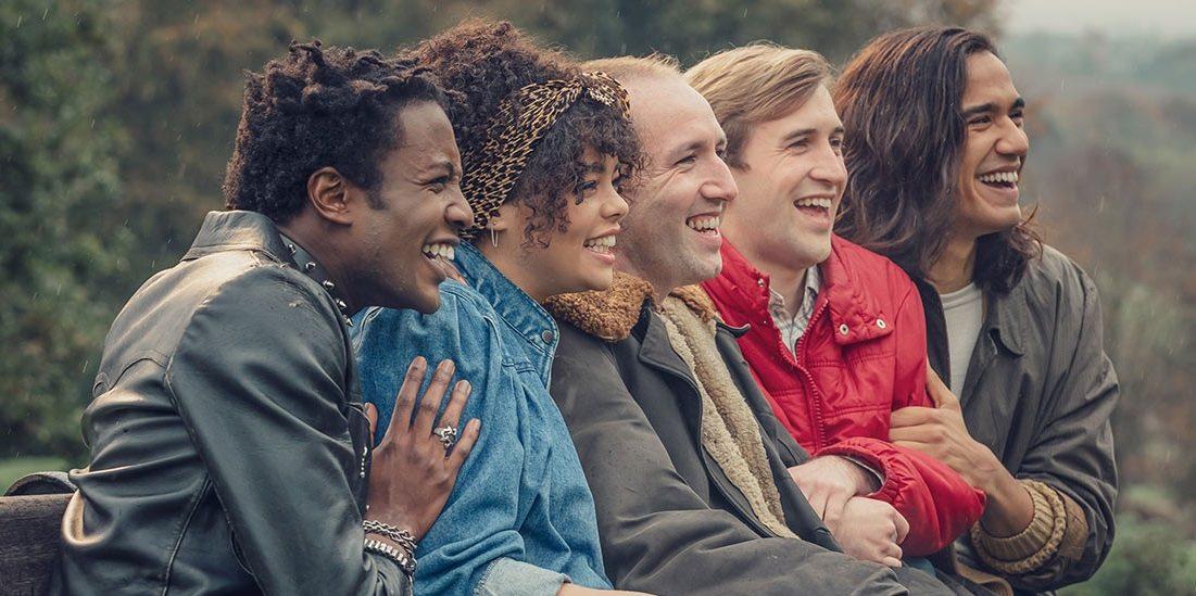 «It's a Sin»: Όταν όλος ο κόσμος έμοιαζε να είναι εναντίον τους, είχαν πάντα ο ένας τον άλλον Με αφορμή τη σημερινή Παγκόσμια Ημέρα κατά της Ομοφοβίας το It's a Sin, είναι μια από τις σειρές που σίγουρα μας τραβάει την προσοχή.  Το αντίκτυπο που μπορεί να έχει η ομοφοβία και ο ρατσισμός στη ζωή ενός νέου ανθρώπου και ο συνδυασμός αυτού με τη νόσο HIV στη δεκαετία του '80 οδηγεί τους πρωταγωνιστές της σειράς σε ένα ταξίδι μεταξύ αμάθειας και ημιμάθειας τόσο για την ίδια τη νόσο όσο και για το κοινωνικό στίγμα που περιβάλει αυτή και όλη την gay κοινότητα. Όταν καλείσαι να προσαρμόσεις τη σεξουαλικότητά σου στα πλαίσια που ορίζει το κοινωνικό σύνολο, μόνο και μόνο για να μπορέσεις να συνυπάρχεις, τότε αντιλαμβάνεσαι τι σημαίνει πράγματι ομοφοβία και κοινωνικό στίγμα.