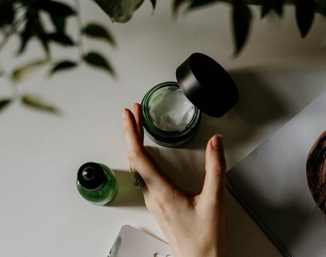 Body oils VS ενυδατικές κρέμες σώματος: Ποιο από τα 2 είναι ιδανικό για τη δική σου skincare ρουτίνα;