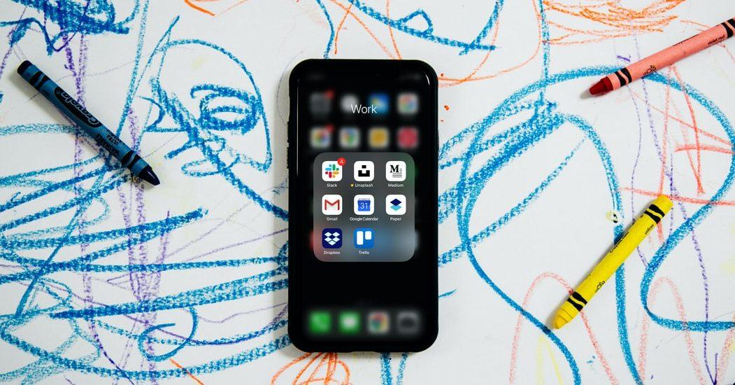 Πόσο χρόνο πρέπει να αφιερώνει ένα νήπιο στην οθόνη; Νέα έρευνα απαντά Τα παιδιά προσχολικής ηλικίας που χρησιμοποιούν συχνά ηλεκτρονικές συσκευές με οθόνη, όπως παιγνιδοκονσόλες, κινητά τηλέφωνα και τάμπλετ, έχουν μεγαλύτερη πιθανότητα να εμφανίσουν προβλήματα συναισθηματικά και συμπεριφοράς, σύμφωνα με μια νέα φινλανδική επιστημονική έρευνα.