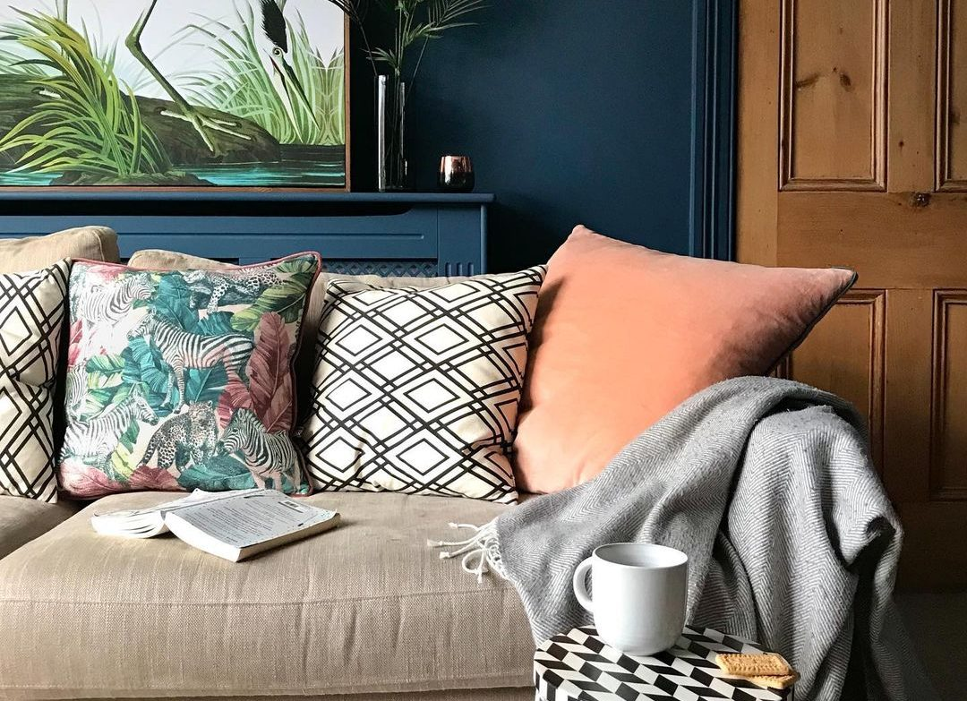 Βρίσκεις το χρώμα του καναπέ σου βαρετό; 10 μαξιλάρια που θα δώσουν πολύχρωμα vibes στο σαλόνι σου