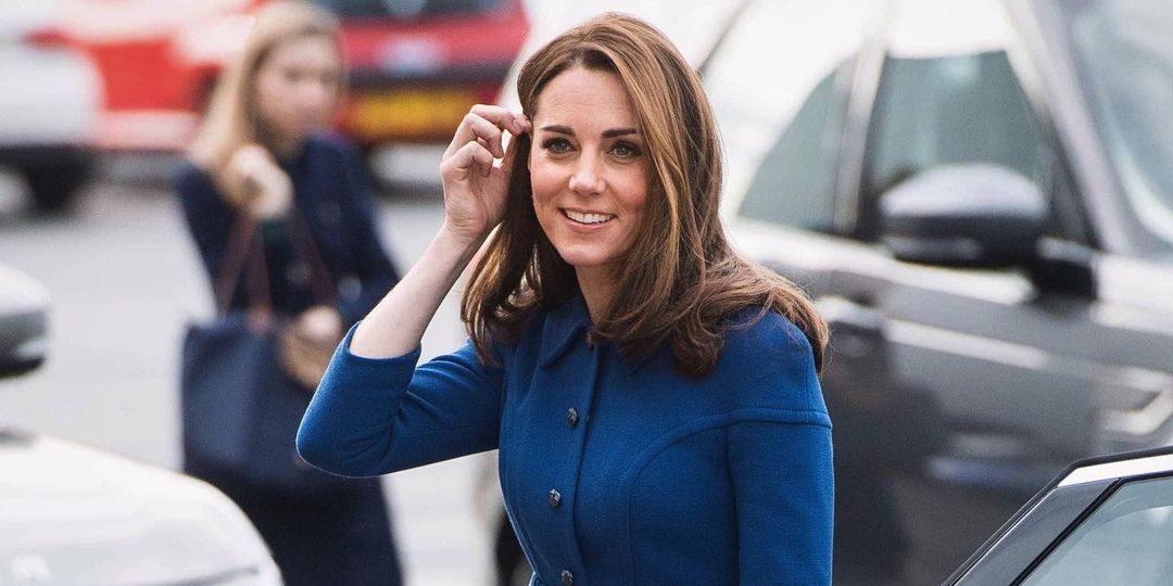 Kate Middleton: Ξέρουμε πού θα βρεις το υπέροχο tweed φόρεμά της #budgetfriendly Είναι γνωστό πως η Kate Middleton έχει ιδιαίτερη αδυναμία στα tweed φορέματα καθώς τα επιλέγει συχνά στις επίσημες εμφανίσεις της. Έτσι, λοιπόν, εμείς ψάξαμε και βρήκαμε ένα ίδιο με αυτό που είχε φορέσει σε κάποια δημόσια εμφάνιση της και μας είχε κλέψει την καρδιά.