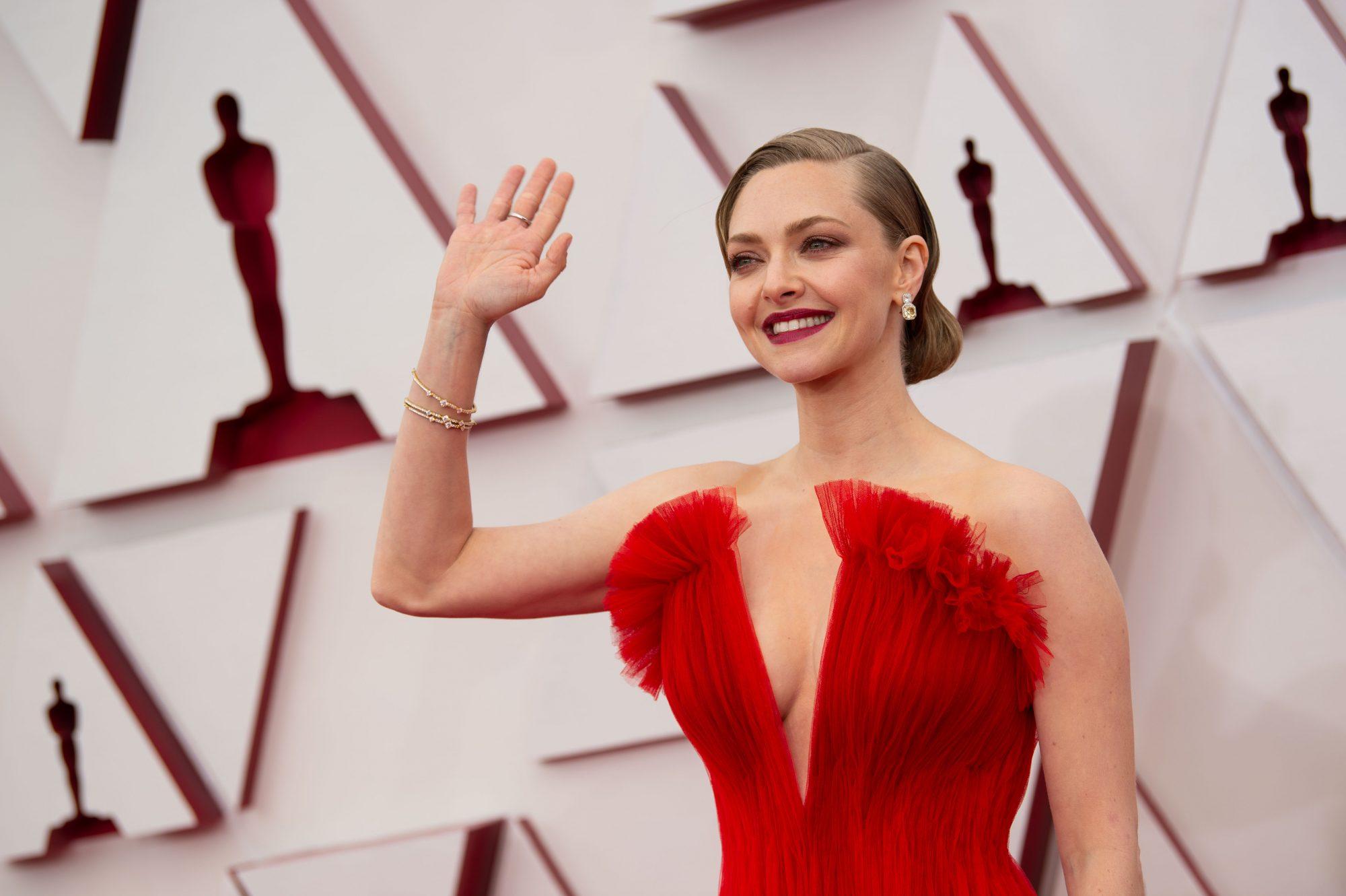 Κόκκινο & χρυσό: Δύο ήταν τα χρώματα που μονοπώλησαν το ενδιαφέρον μας στο red carpet των Oscars 2021 Στο red carpet των Oscars γεννιούνται πάντα τάσεις! Αρκετοί από τους αγαπημένους μας celebrities φαίνεται ότι έδειξαν ιδιαίτερη προτίμηση σε δύο αποχρώσεις για τις εμφανίσεις τους στην 93η απονομή των μεγαλύτερων βραβείων του κινηματογράφου. Αυτές δεν ήταν άλλες από το κόκκινο και το χρυσό. Πόσο glam να αντέξουμε πια;