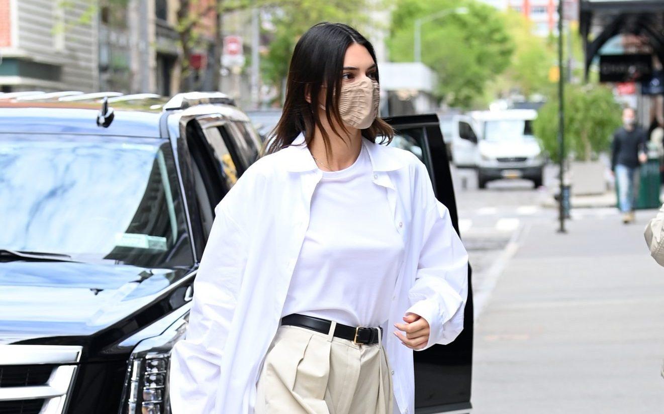Αν δυσκολεύεσαι να συνδυάσεις το υφασμάτινο παντελόνι σου, η Kendall Jenner έχει την τέλεια ιδέα! #GetTheLook