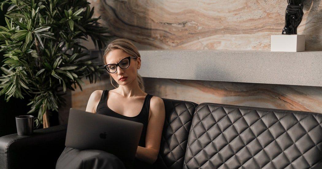 8 συμβουλές για να μείνεις πιστή στο ωράριό σου, ακόμη κι αν δουλεύεις από το σπίτι