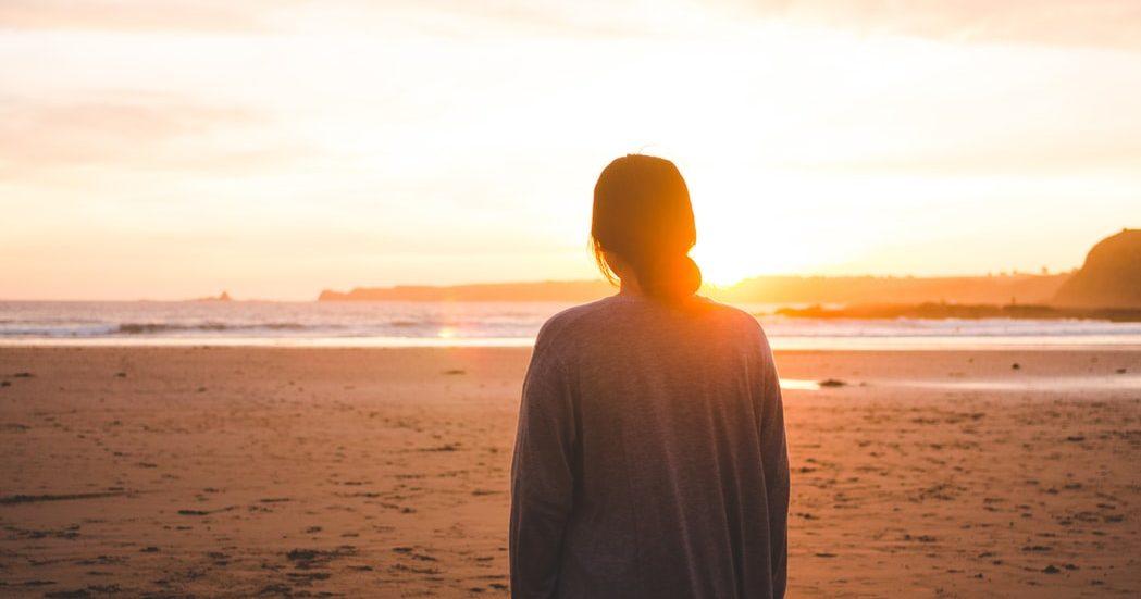 Απομόνωση: Κι αν είναι ο νέος μας εθισμός Οι μέρες και οι μήνες κυλούν και ο Covid19 είναι ακόμη εδώ μαζί μας. Για τα καλα μέσα στη ζωή μας, στην καθημερινότητά μας. Κρύβεται πίσω από τον φόβο για την οικογένειά μας, πίσω από τον φόβο και για την δική μας υγεία. Είναι παντού. Μετά από ένα μεγάλο διάστημα παρατεταμένου εγκλεισμού και απομόνωσης, είσαι σίγουρη πως μόλις «ελευθερωθούμε» θα είσαι όπως πριν; Εγώ δεν είμαι τόσο σίγουρη πια.