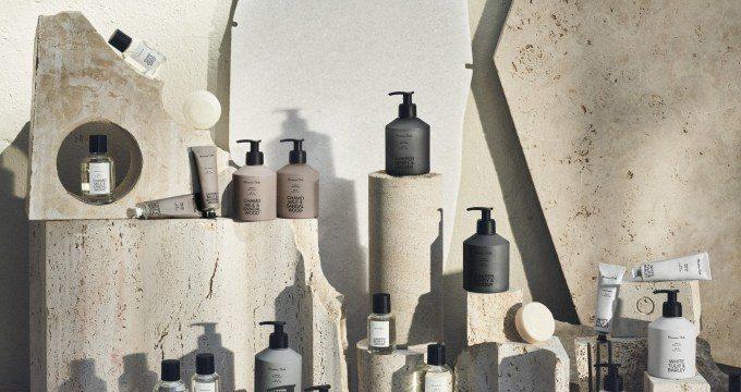 Τα Massimo Dutti κυκλοφορούν την πρώτη συλλογή προσωπικής φροντίδας Τα Massimo Dutti κυκλοφορούν μια κολεξιόν προσωπικής φροντίδας με τον τίτλο «A journey of a self care». Κάπως έτσι εκτός από την επιτυχημένη παρουσίας της στο χώρο της ένδυσης έρχεται να μας συστήσει και την νέα beauty συλλογή της.