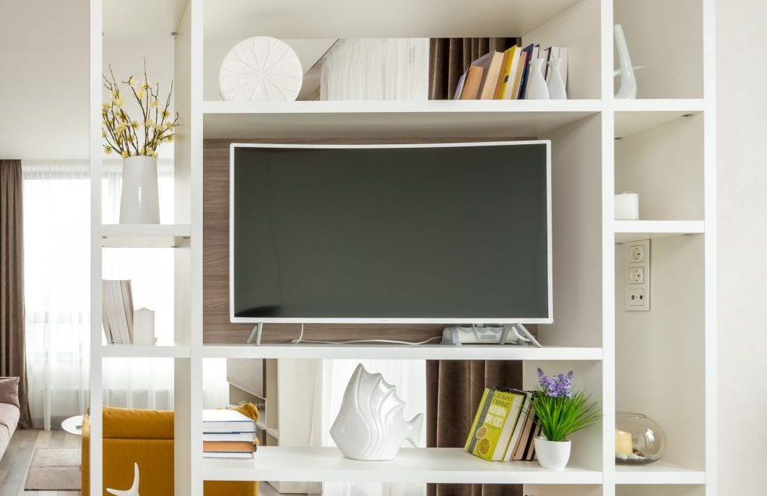 3 ιδέες για να διακοσμήσεις τον χώρο γύρω από την τηλεόραση Η διακόσμηση εσωτερικού χώρου, μπορεί να είναι δύσκολη υπόθεση, ειδικά για χώρους όπως εκείνος πάνω και κάτω από την τηλεόραση. Σου έχω 3 ιδέες που θα σου λύσουν τα χέρια και  μάλιστα χωρίς να ξοδέψεις πολλά χρήματα!