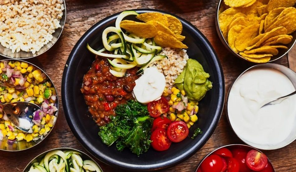 3 χορταστικές σαλάτες για ένα γρήγορο και θρεπτικό γεύμα κάθε ώρα της ημέρας Σε καθημερινή βάση, εκτός των βασικών πιάτων που προετοιμάζεις για γεύματα της ημέρας, μια σαλάτα -σχεδόν- πάντα τα συνοδεύει. Ακόμη κι αν δεν έχεις χρόνο για να δημιουργήσεις ένα πλήρες πιάτο, αυτές οι σαλάτες μπορούν να σε βοηθήσουν να μη χάσεις τα θρεπτικά συστατικά της ημέρας με γλυκές και αλμυρές γεύσεις που μπορείς να δημιουργήσεις και να απολαύσεις όλες τις ώρες της ημέρας.
