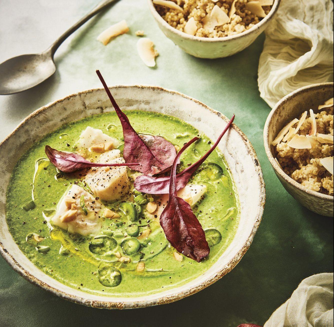 Μια δροσιστική σούπα βελουτέ με σπανάκι, ψάρι, φυστίκια, καρύδα και κινόα Αυτό το πιάτο μοιάζει βγαλμένο από τον πιο καλαίσθητο foodie λογαριασμό στο Instagram. Όσο μπελαλίδικο φαίνεται στην φωτογραφία, τόσο εύκολο είναι τελικά...
