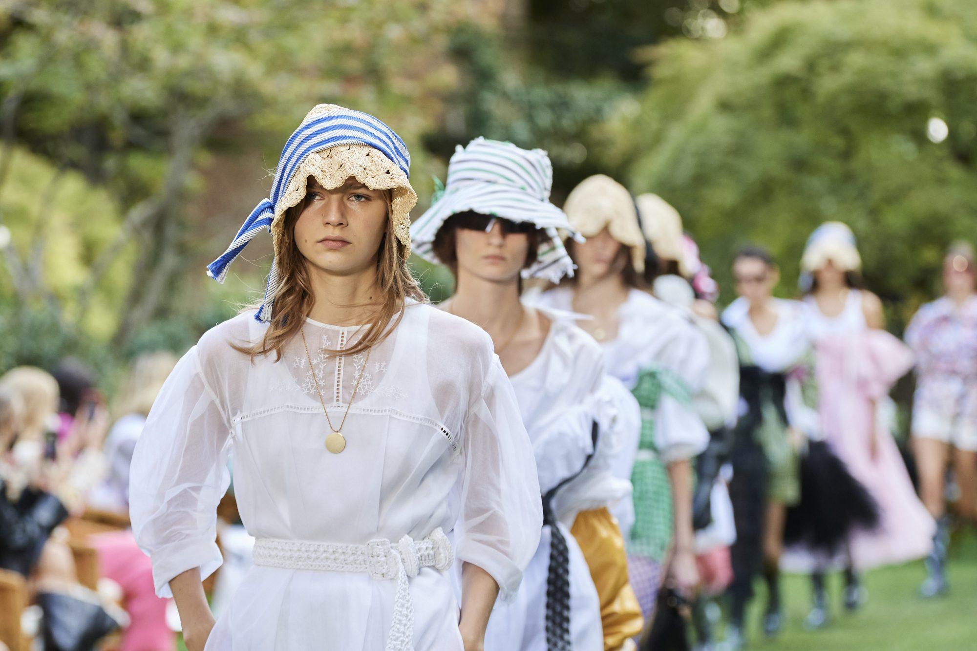 Λευκό φόρεμα: 5 επιλογές από τα Zara που θα σου κοστίσουν λιγότερο από €30 Το λευκό φόρεμα απoτελεί το must have item για το καλοκαίρι γι΄ αυτό εμείς βρήκαμε 5 στυλάτες επιλογές από τα Zara που θα αναβαθμίσουν το στυλ σου. Και μάλιστα χωρίς να χρειαστεί να σπαταλίσεις μια μικρή περιουσία...